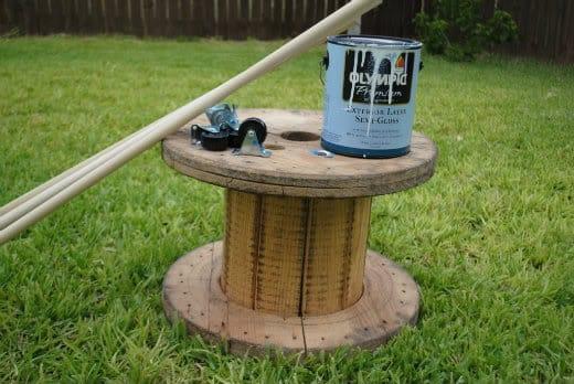 Παίρνουμε το καρούλι του καλωδίου και προσέχουμε τις ξύλινες ακίδες που πιθανώς να προεξέχουν.