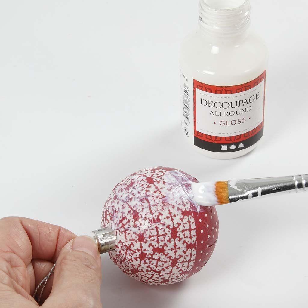 DIY χριστουγεννιάτικη μπάλα με κόκκινο και λευκό ντεκουπάζ